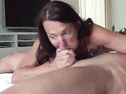 Oma maakt seks en slikt pik