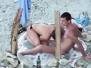 Mondelinge seks op het strand wordt gefilmd voyeur