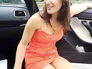 De perfecte orale seks met een vriendin buiten de auto op de weg