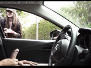 Het meisje let op een zwarte mens die in de auto masturberen