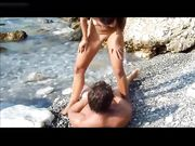 Neuk met een vrouw op een afgelegen strand