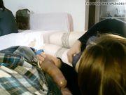 Een meisje doet orale seks terwijl haar kamergenoot in dezelfde kamer is
